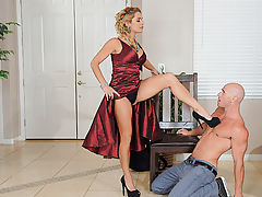 Some guys are blessed with fat cocks, but don't have any clue how to actually use them to make the broads cum. Enter that  Alyssa Lynn: this foxy Milf runs a training camp for well-hung dudes who need a hand in the pussy-pounding department. With a little